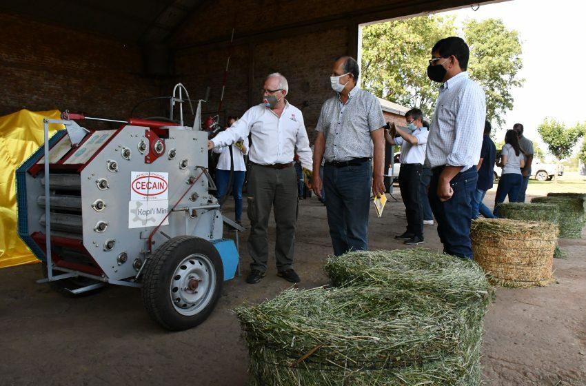 El INTA presentó una rotoenfardadora para pequeños productores